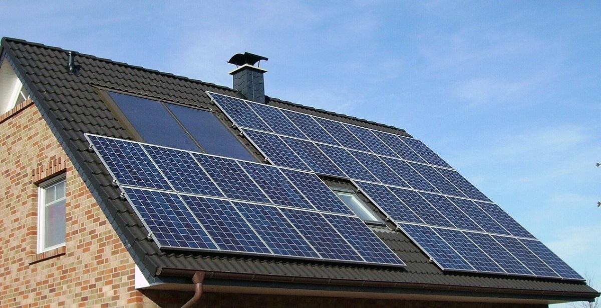 ¿Cuál es la potencia activa recomendada de una instalación solar para una vivienda?